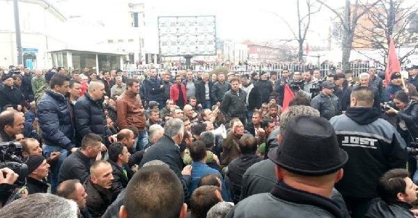 Kosova'da gaziler, başbakanlık bahçesinde oturma eylemi yaptı