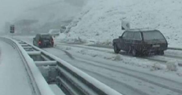 Kosova'da yoğun kar yağışı hayatı felç etti