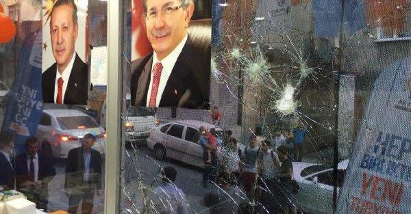 Küçükçekmece'de Ak Parti Seçim Bürosu'na  saldırı