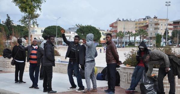 Lastik botta 10 ülkeden 47 kaçak yakalandı