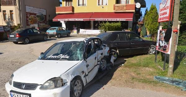 Lise Öğrencisi Babasından İzinsiz Aldığı Otomobille Gezmeye Çikti: 4 Yaralı
