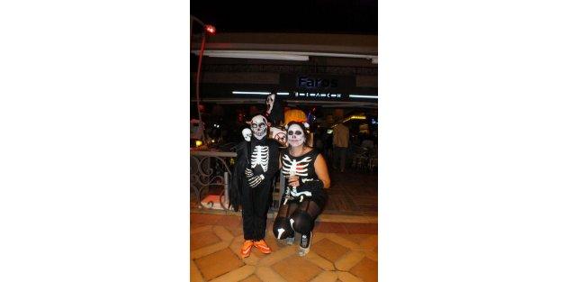 Marmaris'te Cadılar Bayramı Kutlamaları Coşkulu Geçti