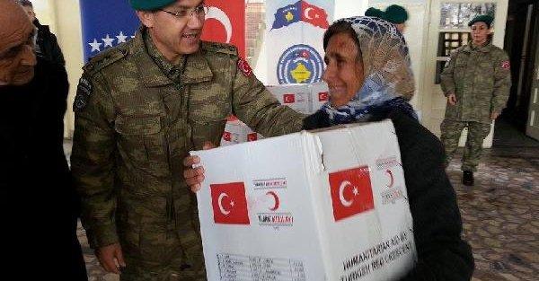 Mehmetçiğin yardım ettiği 80 yaşındaki Kosovalı kadın, komutanın elini öpmek istedi...