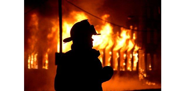 Mersin'de fabrika cayır cayır yandı