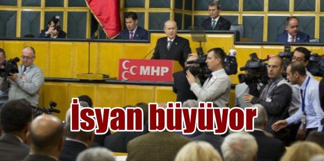 MHP'de sular durulmuyor: 12 vekil isyan bayrağı açtı