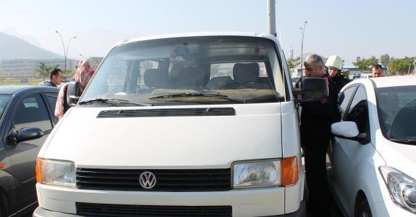 Minibüste Bırakılan Bebeği İtfaiye Kurtardı