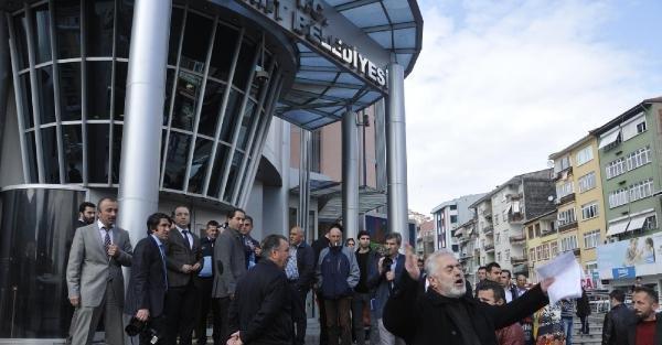Öfkeli fırıncı belediye binası önünde yine protesto yaptı