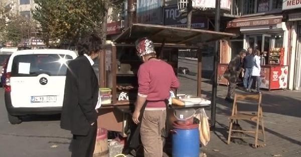 Olaylardan Etkilenmek İstemeyen Köfteci  Gaz Maskesi Yaptı
