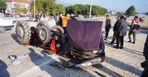 Otomobil Traktöre Çarpti: 4 Yaralı