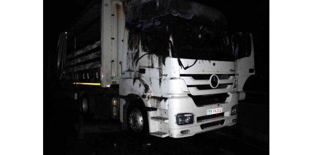 PKK yandaşları, Tarsus'ta yol kesti, TIR yaktı