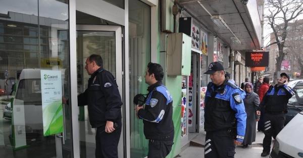 Polisten banka görevlilerine, telefon dolandırıcılığı önleme kartı