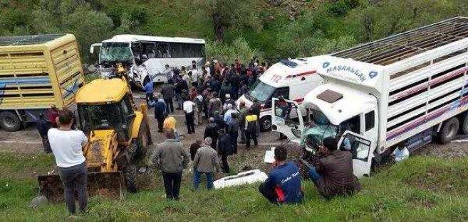 Pülümür'de geziye giden işçiler kaza geçirdi, 2 ölü 15 yaralı var