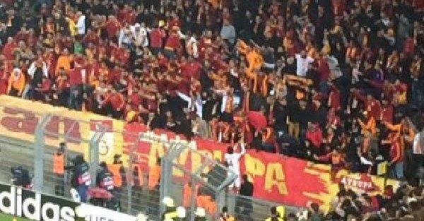Sahaya Madde Atan Taraftara Galatasaraylı Futbolculardan Uyarı