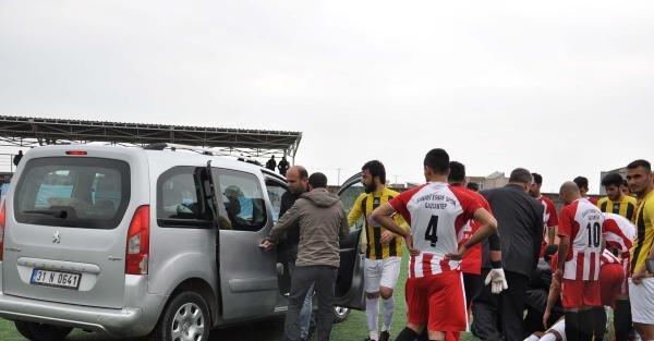Sakatlanan futbolcu sahaya giren araçla hastaneye götürüldü