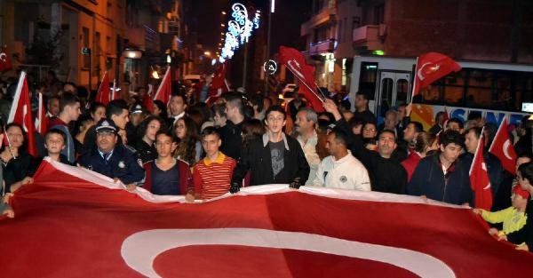 Salihli'de Binlerce Kişi 'türkiye'm' Şarkisiyla Yürüdü
