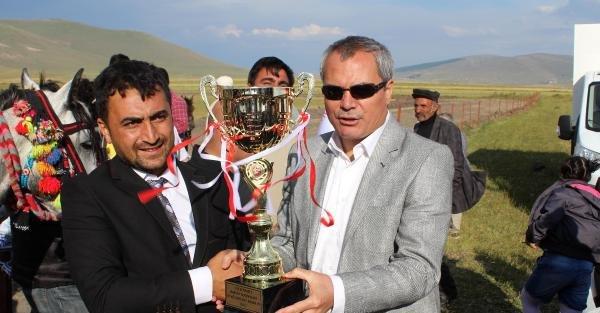 Sazlı sözlü at yarışları Ardahan'a heyecan getirdi