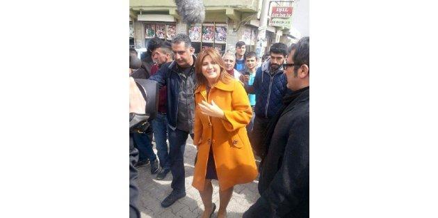 Sibel Can, ses yarışmasında dereceye giren Erganili kızı ziyaret etti