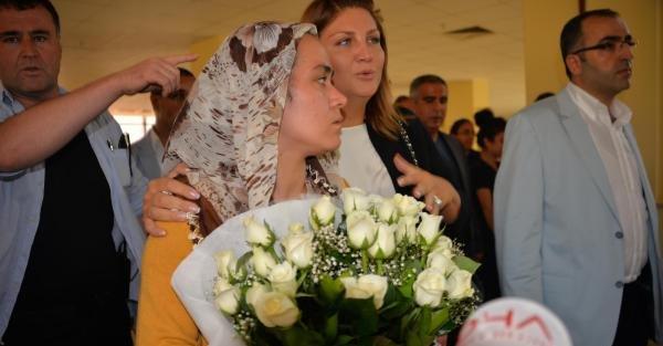 Sibel Can, yaşam savaşı veren Mutlu Kaya'yı ziyaret etti (2)