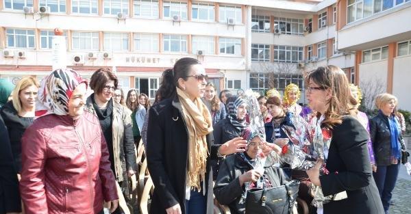 Sinop'un kadın Valisi'nden kadınlara karanfil