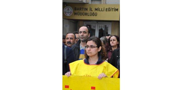 Sopalı nöbete tepki gösteren öğretmene 'kınama' cezası