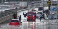 10 dakikalık yağmur, trafiği felç etti