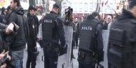 1915 Olaylarını anan ve protesto eden gruplara polis kordonu