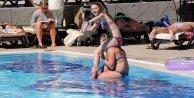 Kemer'de turistler geldi, havuzlar renklendi