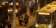 Seyyar satıcı zabıtalardan kaçarken metrobüsün altında kaldı