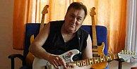 Gitarlar öksüz kaldı: Gitarist Asım Can Gündüz hayatını kaybetti