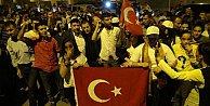 Cizre#039;de Türk bayraklarıyla cuntacılana protesto