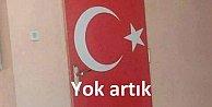 Denizli'de okulun tuvaletlerine Türk bayraklı kapı yapmışlar