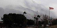 İskenderun'da fırtına okulları tatil ettirdi