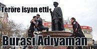 Şehit haberlerinden bunalan vatandaş Atatürk büstüne çıktı