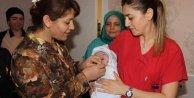 2016'nın ilk bebeklerine hediye: Vali altın taktı