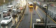 Servis aracı metrobüse çarpttı