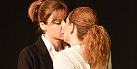 Kız kıza öpüşmeleri dikkat çekti