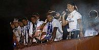 Real Madrid şampiyonluğunu taraftarlarıyla doyasıya kutladı