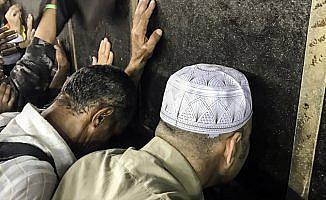 Kabe'de dualara gözyaşları eşlik ediyor