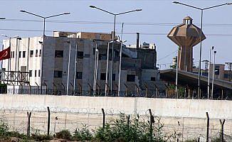 ABD bayrağı ile PKK/PYD'ye ait bez parçaları kaldırıldı