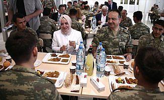 Bakan Kaya sınır karakolunda askerlerle yemek yedi