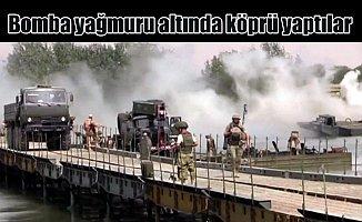 Rus askerleri, üzerlerine bomba yağarken köprü inşa etti