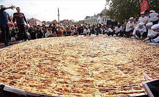 Bosna Hersek'te dünyanın en büyük böreğini pişirdiler