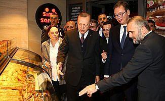 Erdoğan ile Vucic Belgrad'da Simit Sarayı'nı ziyaret etti