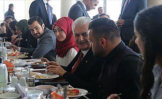 Başbakan Yıldırım Erzincan'da öğrencilerle yemek yedi