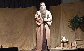 'Bir Garip Uveys' oyunu perdelerini açtı