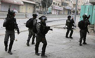 İsrail askerlerinin bir kasabaya baskınında 3 Filistinli yaralandı