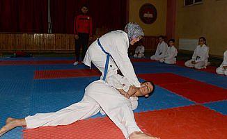Karateci anne madalya istiyor