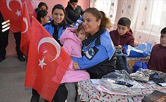 Polisten öğrencilere 'ısıtan' yardım