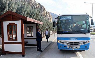 Tarihi ev görünümünde otobüs durağı
