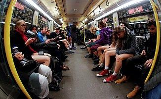 Metroyu çıplaklar bastı
